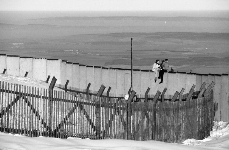 Am 3. Dezember 1989 erklettern und besetzen 3 Jugendliche aus Halberstadt die Brockenmauer.